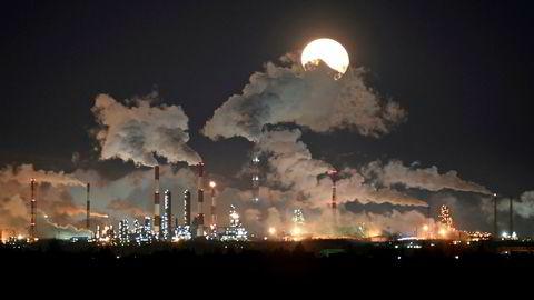 Oljeprisen har ikke vært like lav siden våren 2003 som den er onsdag morgen. Avbildet er oljeselskapet Gazproms raffineri i Omsk i Russland.