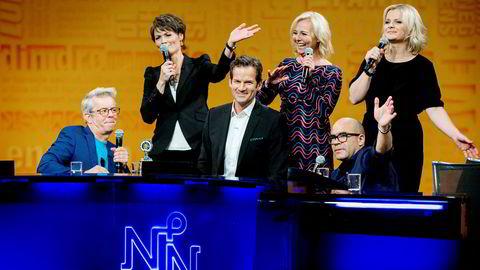 Programleder Jon Almaas ble hyllet av Knut Nærum (fra venstre), Pernille Sørensen, Linn Skåber, Johan Golden og Ingrid Gjessing Linhave under sin siste innspilling av «Nytt på nytt».