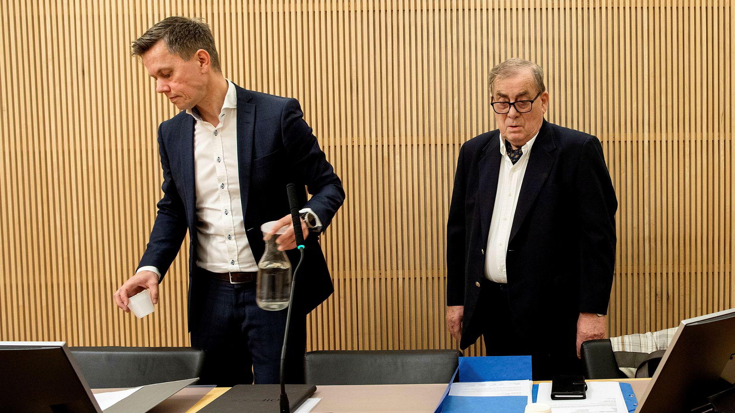Tore Hansen-Tangen beklaget situasjonen de ansatte har kommet i og lovet lønn på konto neste uke. Til venstre hans advokat Øyvind Sund.