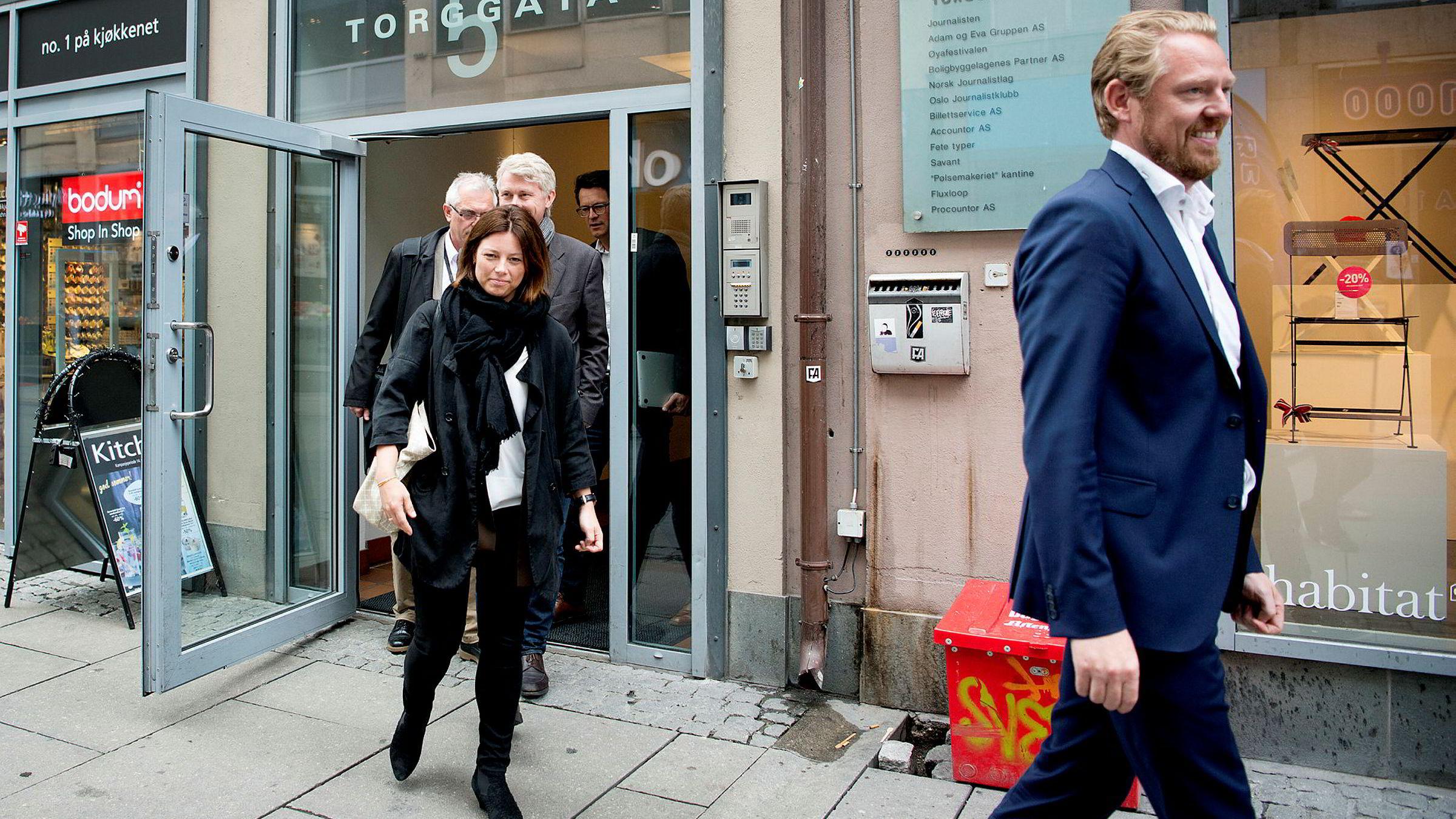 Sarah Willand er organisasjons- og kommunikasjonsdirektør i TV 2, som nå mister nyhets- og sportsredaktør Jan Ove Årsæther (til høyre). TV 2-sjef Olav T. Sandnes skimtes bak Willand.