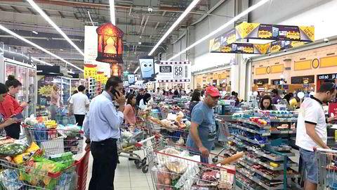 Mandag strømmet folk til butikkene i Qatar for å hamstre varer etter at nabolandet Saudia-Arabia stengte grensen. Qatar importerer mesteparten av sine matvarer fra Saudi-Arabia.