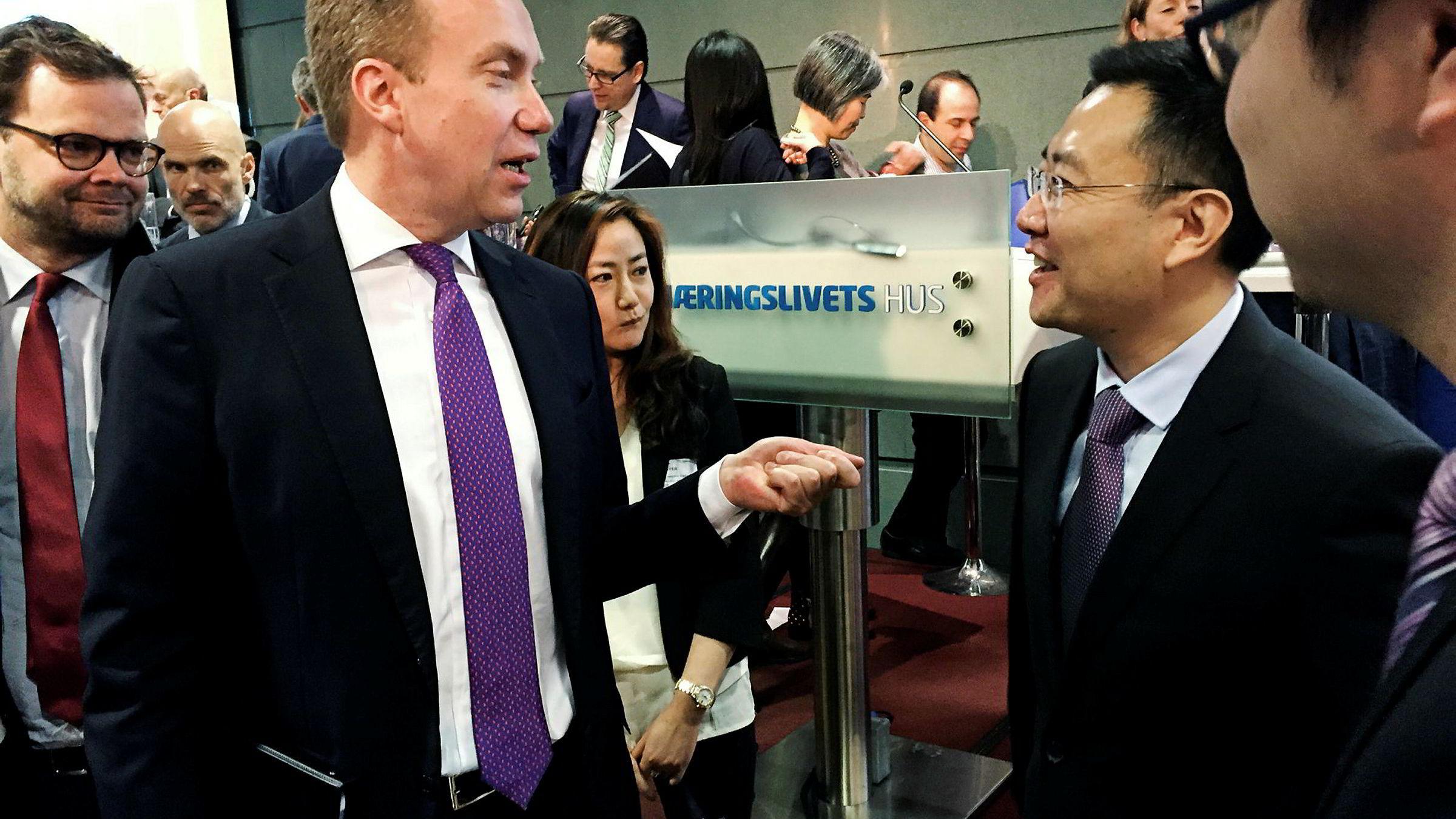 Utenriksminister Børge Brende og chargé d'affaires Dong Fengming ved Kinas ambassade i Norge på NHOs morgenkaffe om normaliseringen av forholdet mellom Norge og Kina.