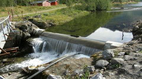 Fornybarheten i norsk kraftproduksjon har en verdi. Det er ingen grunn til at den skal gis vekk gratis, sier forfatteren. Her fra Storå, småkraftverk i Tysfjord kommune.