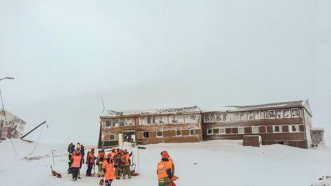 Redningsmannskaper på stedet der et snøskred har gått over vei 228 i Longyearbyen på Svalbard og rammet minst én bygning som ligger nærmest inn mot Sukkertoppen tirsdag.