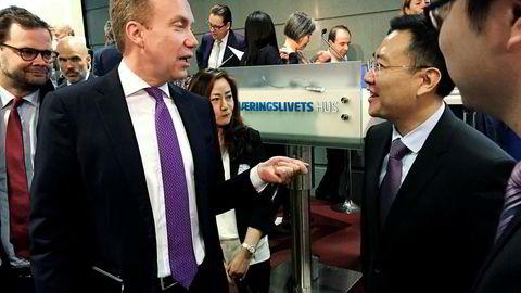 Utenriksminister Børge Brende og chargé d'affaires Dong Fengming ved Kinas ambassade i Norge møtte næringslivet til morgenkaffe på fullstappet møte hos NHO om normaliseringen av forholdet mellom Norge og Kina.