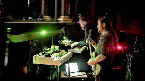 Stayere. Bent Sæther og Hans Magnus Ryan fra evigsøkende Motorpsycho i orkestergraven under forestillingen «Begynnelser», som nå utgis på plate.