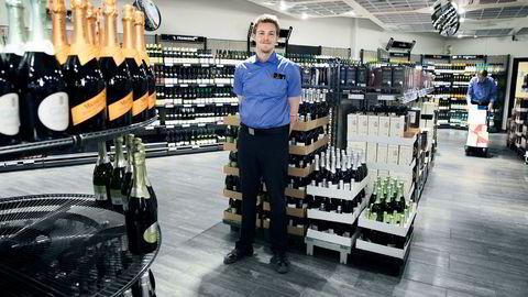 Nordmenn drikker mer hvitvin enn før, sier nestleder Mats Erik Strand på Vinmonopolets butikk på Oslo City.