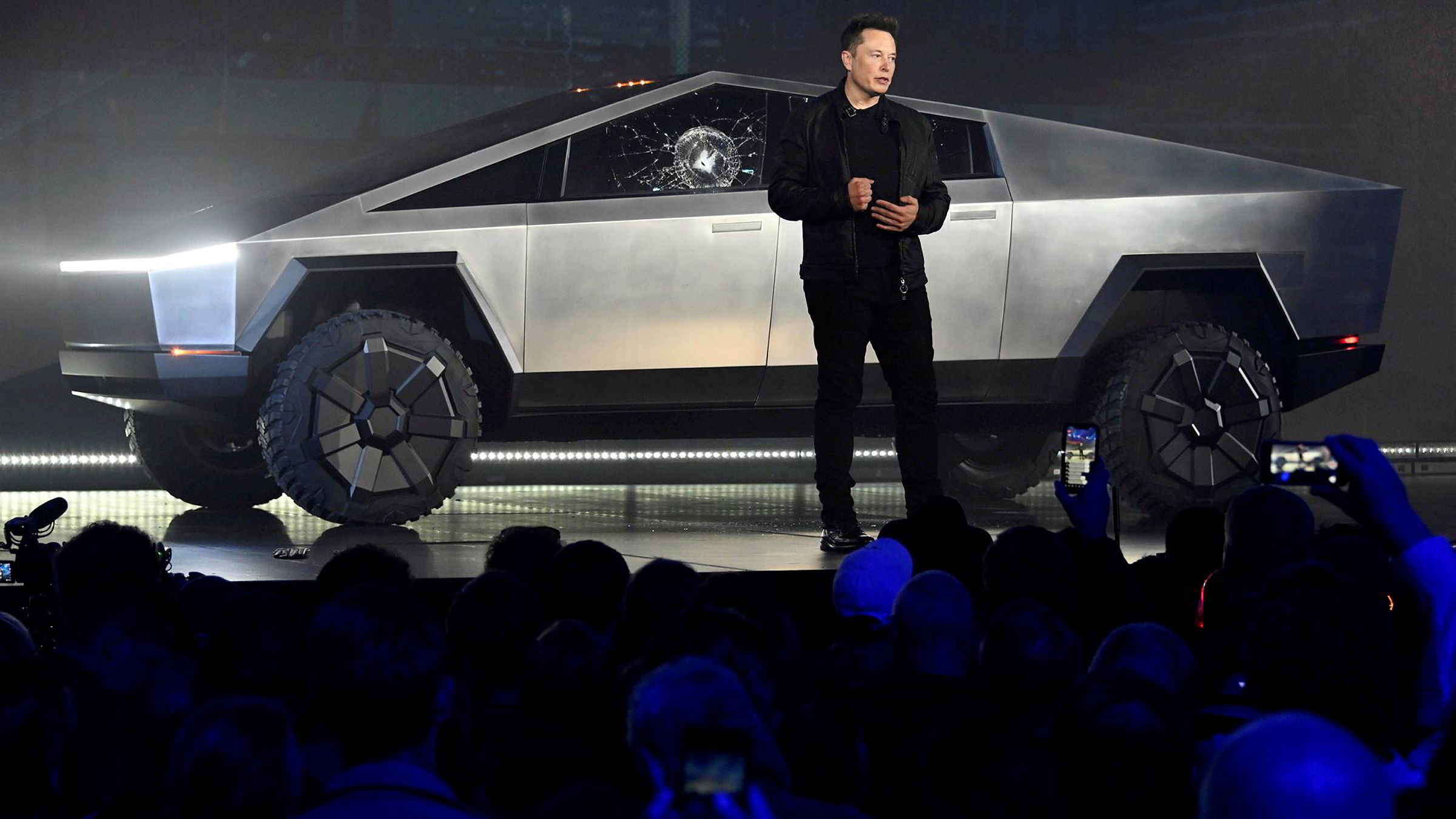 Elon Musk stenger ned en Tesla-fabrikk i Fremont, California. Aksjen faller bratt.