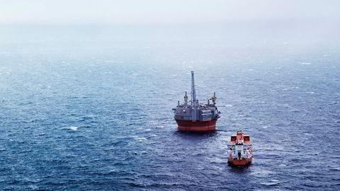 Ledere i olje- og gassbransjen tjener mer enn dobbelt så mye isom gjennomsnittlig månedslønn i Norge, viser fersk statistikk fra NTB. Dett er boreriggen Goliat med supplyship i Barentshavet.