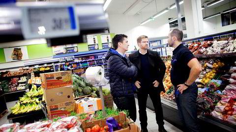 Lars Kristian Lindberg (i midten), som har vært ansvarlig for Remas bestevennstrategi og appen Æ, slutter i Rema. Her er han sammen med Ole Robert Reitan og Jone Tungland (til høyre) som er kjøpmann i Rema 1000 Skaarlia.
