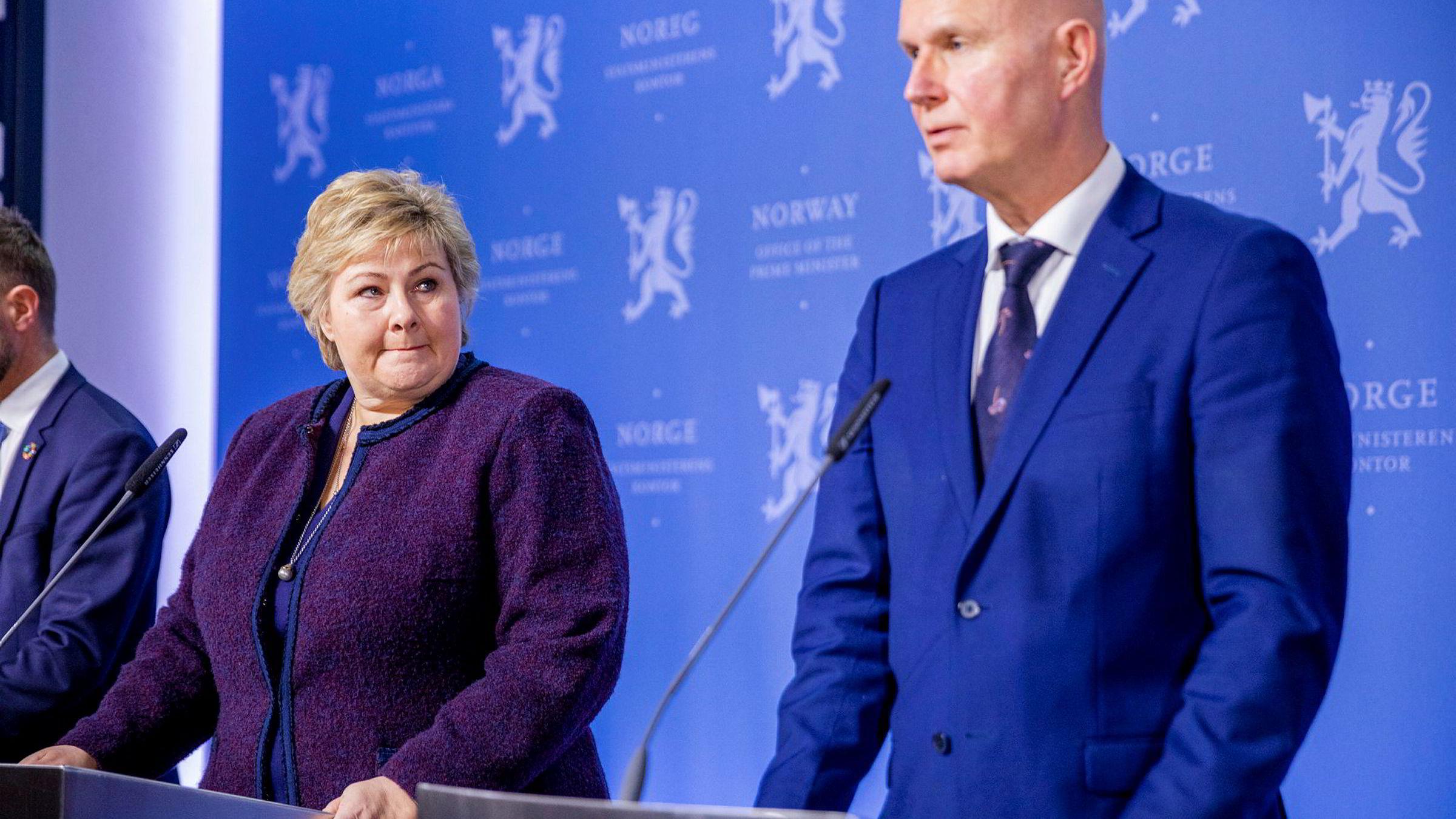 På det politiske plan ser vi at staten trår til med styrke, skriver artikkelforfatteren. Statsminister Erna Solberg og helsedirektør Bjørn Guldvog forteller her om nye tiltak mot koronaviruset.