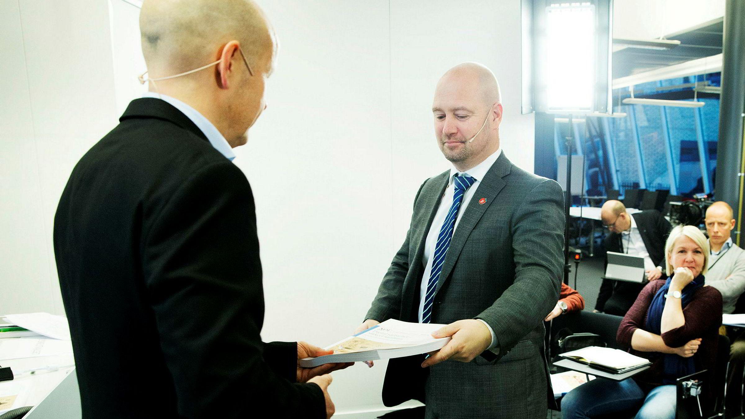 Justis- og beredskapsminister Anders Anundsen (Frp) (t.h.) mottar Digitalt sårbarhetsutvalg sin utredning fra utvalgets leder professor Olav Lysne.