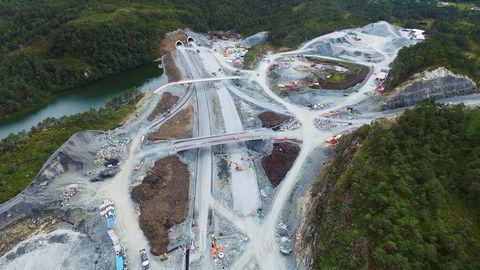 Veidekke ligger langt etter tidsfristen i bygging av den 9,2 kilometer lange Lyshorntunnelen og kan risikere dagbøter på opptil 230 millioner kroner.