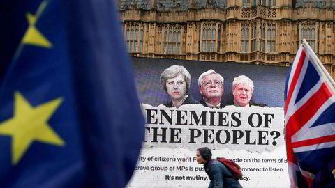 Statsminister Theresa May og eksstatsrådene David Davis og Boris Johnson er fortsatt hovedpersonene i den betente brexit-striden – selv om de to siste ikke lenger er med i regjeringen. Her fra en anti-brexit-demonstrasjon i London i fjor.
