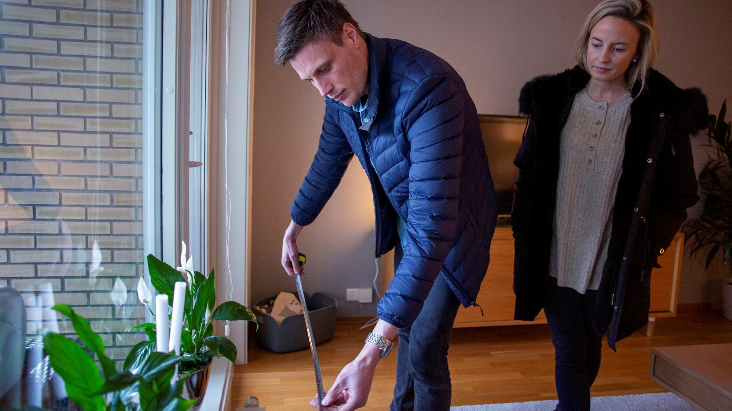Målene må stemme. Tina Martinsen og Anders Bjaaland er på visning i en leilighet i Nydalen i Oslo.