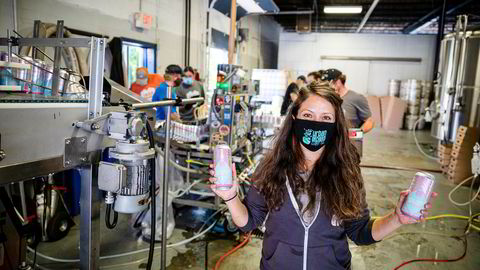 Bryggerieier Josie Mielke tar en sjanse midt i koronakrisen, og har investert i en maskin som lager halvliterbokser med sider til butikkmarkedet. Her står hun med de to første boksene som nettopp kom ut fra rullebåndet – og håper på mer koronahjelp.