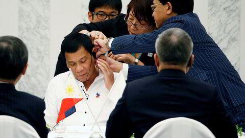 Lyd til lunsj. Filippinenes president Rodrigo Duterte har passet på å avlegge tidlige besøk hos sine mektige naboer Kina og Japan, i håp om å etablere et godt forhold og sikre økonomisk samarbeid, Her får han hjelp med lydutstyret foran en lunsj med næringslivsledere i Tokyo.