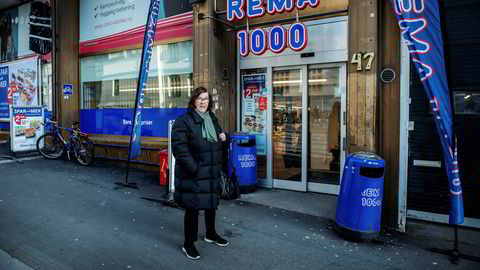 På Sofienberg i Oslo er det 263 skritt mellom to Rema-butikker. Margrete Klakegg holder en knapp på Kiwi, men veksler alt etter som.