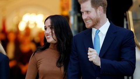 – Vi har til hensikt å tre tilbake som fremstående medlemmer av kongefamilien og arbeide for å kunne bli økonomisk uavhengige, mens vi fortsetter å støtte dronningen fullt ut, heter det i en uttalelse fra Prins Harry og hertuginne Meghan.