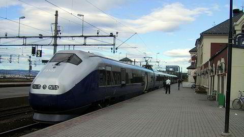 Nordgående ekspresstog til Trondheim under opphold på Hamar stasjon.