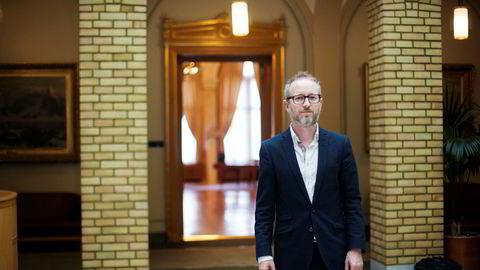 Kontrollkomitemedlem Bård Vegar Solhjell (SV) ber stortingspresidenten tenke seg om.