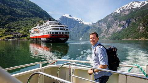 Hurtigruteskipet MS «Finnmarken» er første tegn på cruisetrafikk i Geirangerfjorden for sesongen, og toppsjef Daniel Skjeldam har vært med på en seilas fra Bergen. Selskapet han leder, taper stort på koronakrisen og lengter etter utenlandske gjester.