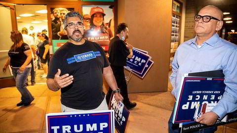 Trump-supporterne Steve Elvarez (til venstre) og Diego Santiago fulgte nattens tv-sendte duell mellom presidenten og utfordrer Joe Biden på et arrangement av «Lations for Trump» i Arizona. De mener Donald Trump gjør rett i å bruke verbale angrep.