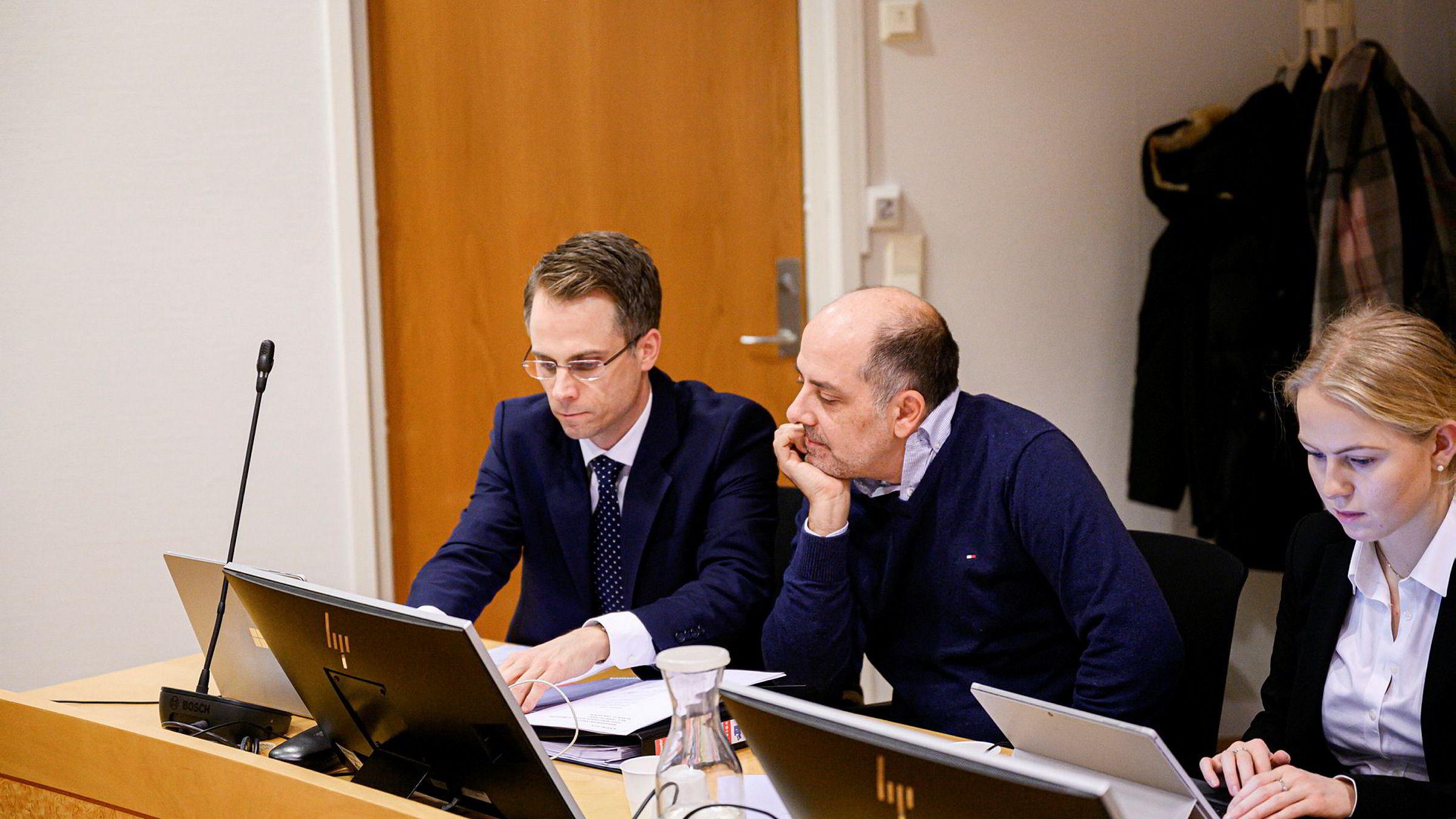 Kryptogründer Erik Solberg (i midten) med advokat Arild Gjelsvik og advokatfullmektig Malin Hauglum Rørvik fra advokatfirmaet Berngaard.