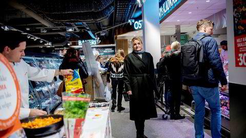 I den reåpnede Meny-butikken på Oslo City lager kokkene mat, mens kundene snirkler seg gjennom butikken. Forbrukerrådets leder Inger Lise Blyverket vil tilrettelegge for flere supermarkeder i byene.