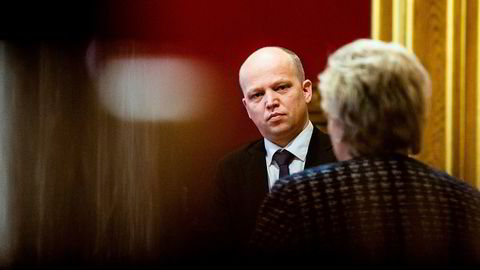 Senterpartiets leder Trygve Slagsvold Vedum vil vite hvilke grep statsminister Erna Solberg (H) har tenkt å ta for å snu befolkningsnedgangen i Nord-Norge.
