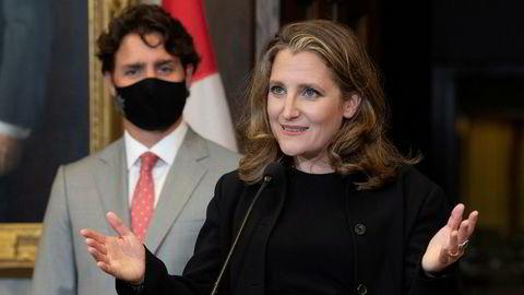 Statsminister Justin Trudeau ser på mens visestatsminister og nå nye finansminister Chrystia Freeland svarte på spørsmål på en pressekonferanse i Ottawa tirsdag.