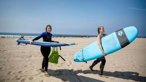 Liz Fedegan (til høyre) fra New York kommer fra nattevakt som intensivsykepleier og rett på stranden Venice i Los Angeles. Hun stemmer på Joe Biden via posten, men tror utfallet er helt åpent. Her med venninnen Stacey Ronaghan fra England.
