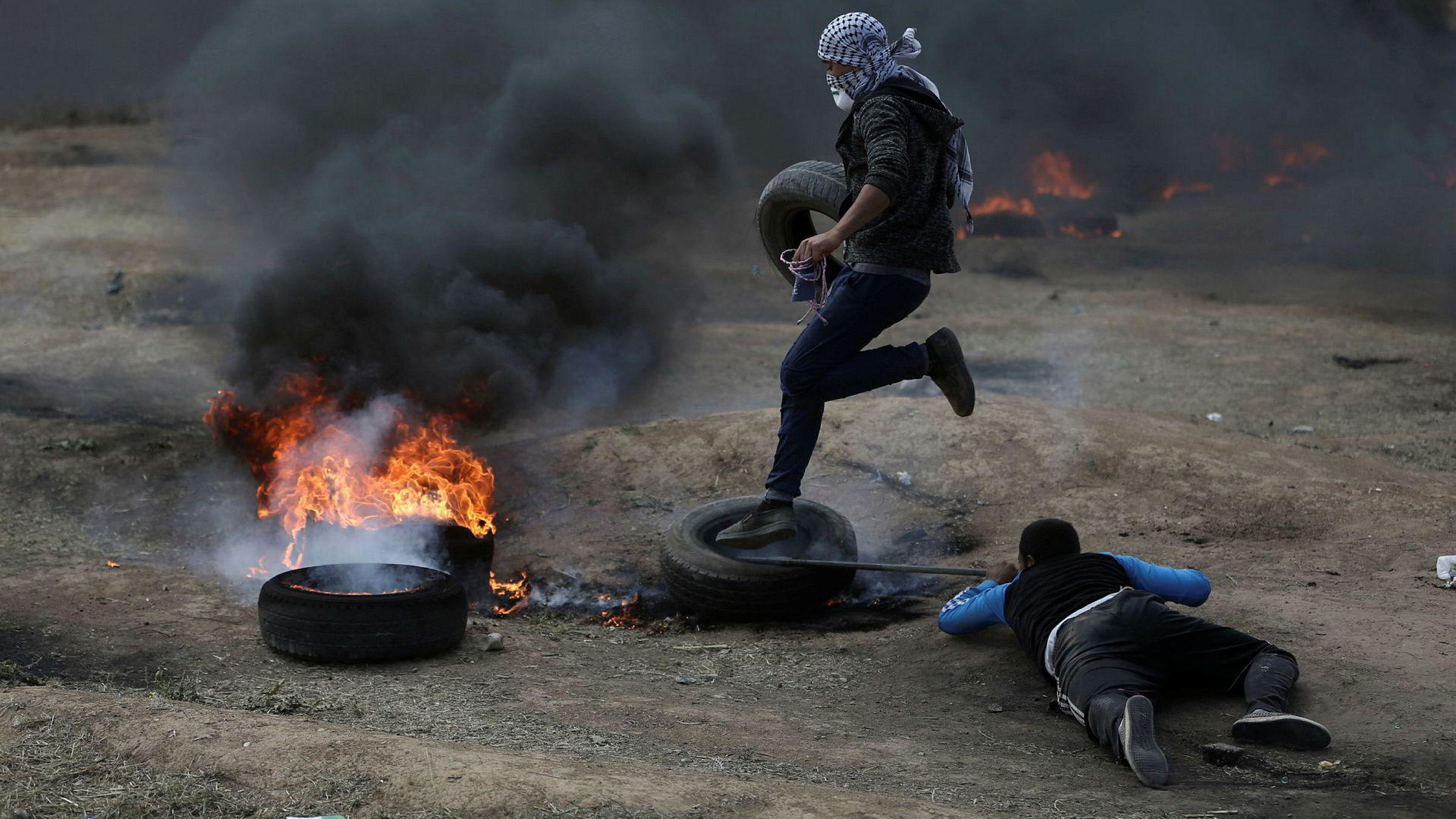 Palestinske demonstranter på Gazastripen satt mandag fyr på bildekk i et forsøk på å røyklegge områder nær grensen mot Israel og unngå å bli truffet av kuler fra israelske skarpskyttere.