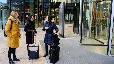 Gründerne Malin Bruset (fra venstre), Rania Guirguis og Chloe Koehler har startet barnematselskapet Grogro. Fredag formiddag var de samlet for å signere kontrakt med Orkla.