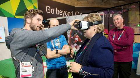 Vi nordmenn er blant dem som går først inn i denne fremtiden. Norge er et av verdens mest digitaliserte samfunn, og vår kostnadsstruktur gjør at teknologi innføres raskere enn i andre land – med alt som det medfører. Her tester statsminister Erna Solberg teknologi som skalforberede morgendagens idrettshelter.