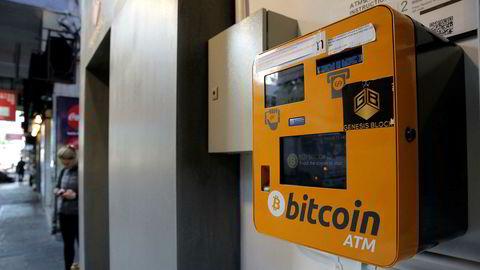 De siste måneders dramatiske kursvekst har brakt kryptovalutaer i alles søkelys. Noe av kursoppgangen og investeringsviljen bygger på en forventning om at den underliggende blokkjedeteknologien vil bli svært utbredt i fremtiden, skriver artikkelforfatteren. På bildet sees en bitcoin-automat i Hong Kong.