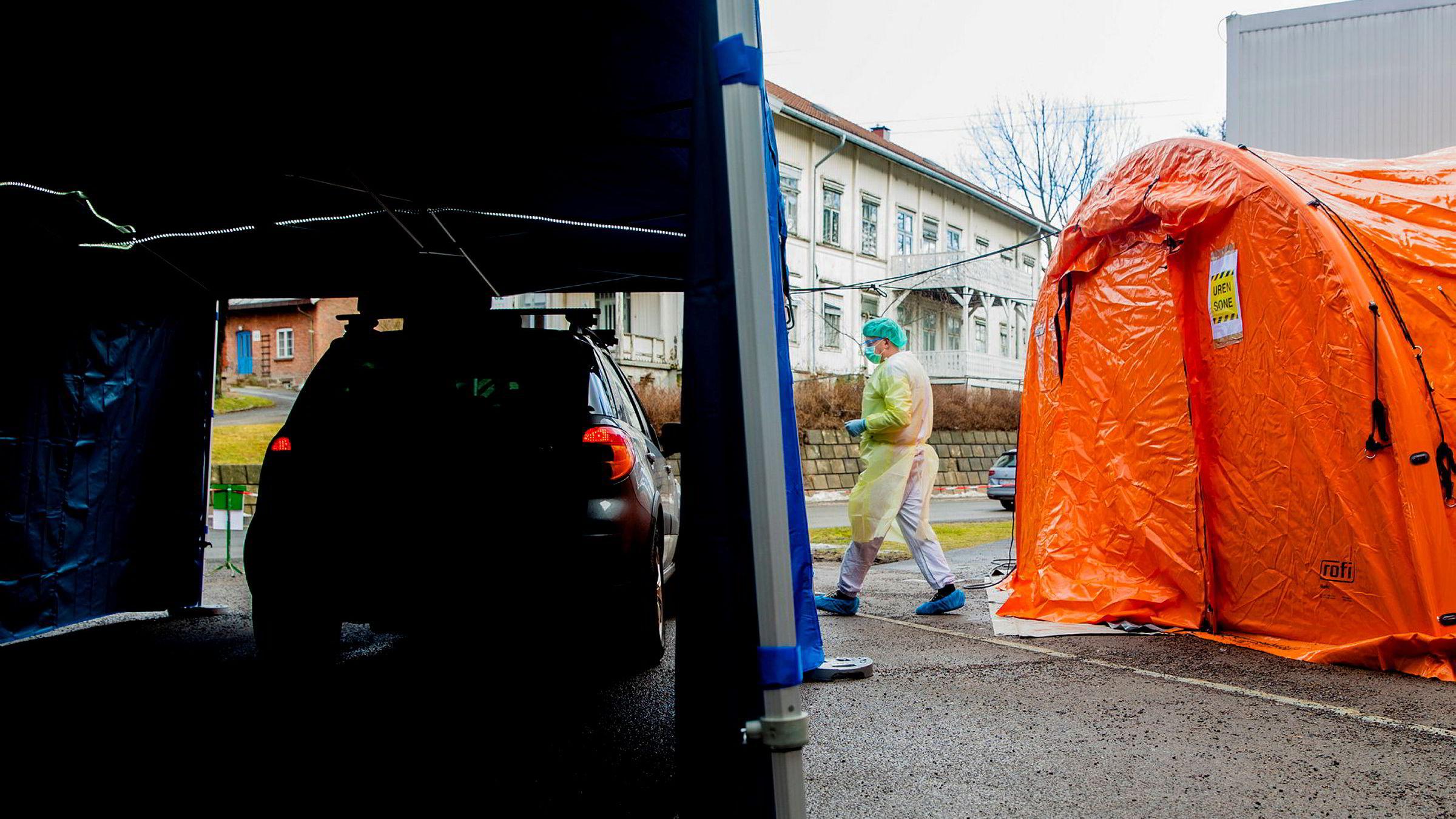 På Aker legevakt har satt opp en prøvetakingsstasjon der personer som mistenker at de er smittet av koronaviruset kan komme med bil.