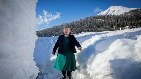 Statsminister Erna Solberg beundrer snøskavlene i Davos mens hun tar en tur ut i frisk fjelluft innimellom møter på World Economic Forum.