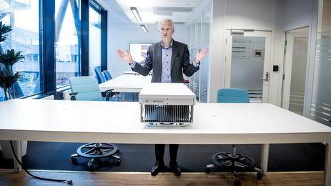 – Denne her har 64 antenner, sier Ericssons norske leder Jan Christian Hole og viser frem en av Ericssons nye 5G basestasjoner.