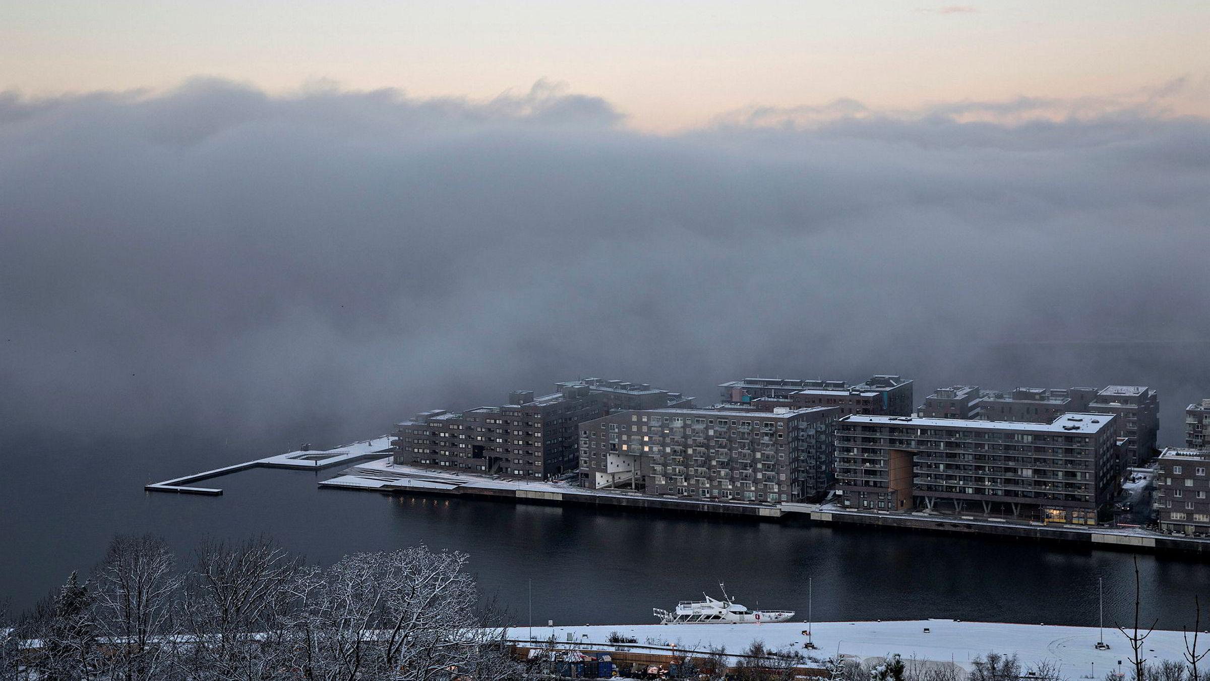 Det er flere grunner til at nordmenn eier så mye eiendom. Først og fremst trenger vi jo et sted å bo og kanskje et sted å feriere, samtidig som det er et sosialt stigma blant godt voksne nordmenn å ikke eie disse stedene, skriver artikkelforfatteren.