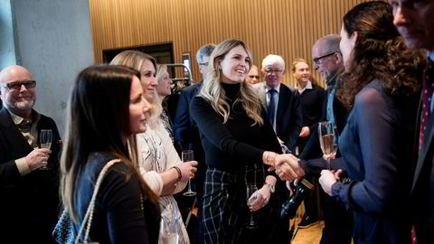 Sissel Leire, styreleder i Kruse Smith, hilser på Anna Margaret Smedvig (i midten). Fra venstre Birthe Lepsøe, styremedlem Smedvig Eiendom, og Julia Smedvig Hagland, deleier Smedvig-konsernet og kusine av Anna Margaret Smedvig.
