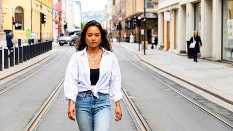 Som norgessjef i det danske smykkemerket Maria Black, driver Eliza-Mari Almazol butikk og piercingstudio i Prinsens gate i Oslo, og gjør samtidig engrossalg av smykkene til rundt 100 norske butikker. Hun har gitt rabatt og betalingsutsettelser til mange av butikkene, men må selv betale full leie.