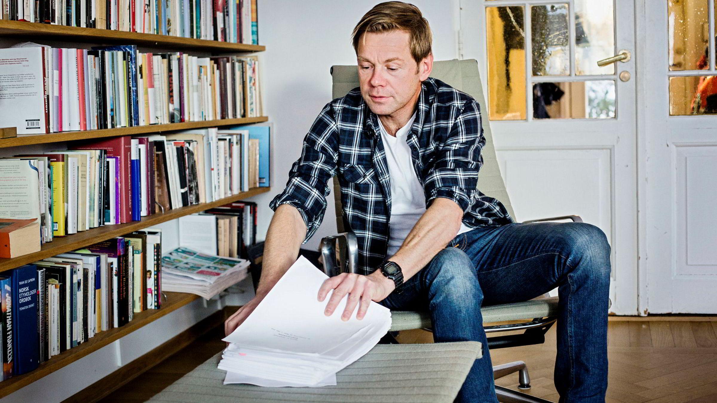 Forfatter Henrik H. Langeland vokter manuskriptet til Aker-boken som om det var statshemmeligheter. Han slipper det ikke ut av syne så lenge DN er på besøk.