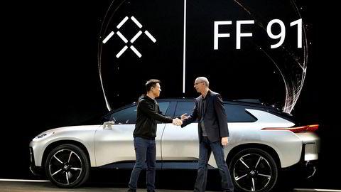 LeEcos grunnlegger Jia Yueting (til venstre) lanserte i vinter den elektriske sportsbilmodellen FF91 fra Silicon Valley-selskapet Faraday Future. Nå er kassen tom. Til høyre, Nick Sampson, sjef i Faraday Future.