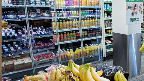 Kiwi-butikkene ga bedre plassering til sukkerfri brus. Salget av brus med sukker falt da med syv prosent, og med seks prosent til da prisen på sukkerfri brus ble kuttet med ti prosent, skriver Samira Lekhal.