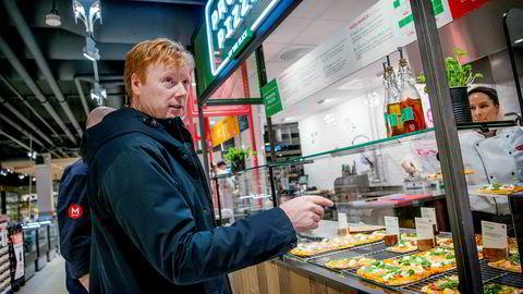 Meny-sjef Vegard Kjuus viser frem butikken på Oslo City der tre salgsboder inne i butikken tilbyr varmmat og sushi. Supermarked-kjeden strammer grepet mot mat i farten, der mange av konkurrentene er restauranter.
