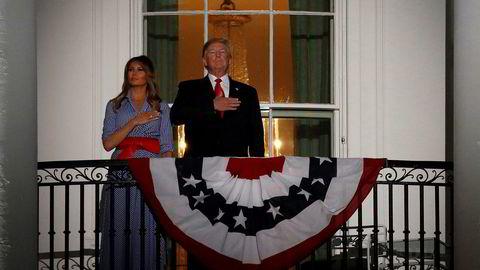 USAs president Donald Trump hyllet militæret i sin tale på nasjonaldagen. På bildet står han på balkongen i Det hvite hus sammen med sin kone Melania Trump under innspillingen av USAs nasjonalsang.
