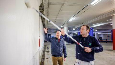 Malermester Sjur B. Hansen (til venstre) i Malermestrene as og maler Sebastian Kowalczyk i aksjon i et parkeringshus i Vika. Over påske antar Hansen at det blir mer jobb og dermed behov for å leie ansatte fra andre selskaper gjennom den nye Flexers-tjenesten.