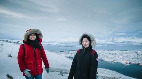 Kinesiske Xuedi Dou (21) og Zhiyou Liu (22) var på en ukes norgesferie i romjulen og tok taubanen i Tromsø for å nyte utsikten. «Vi ønsket å besøke et sted hvor det er kaldt og som har snø. Det har vi ikke hvor vi kommer fra, sier jentene.
