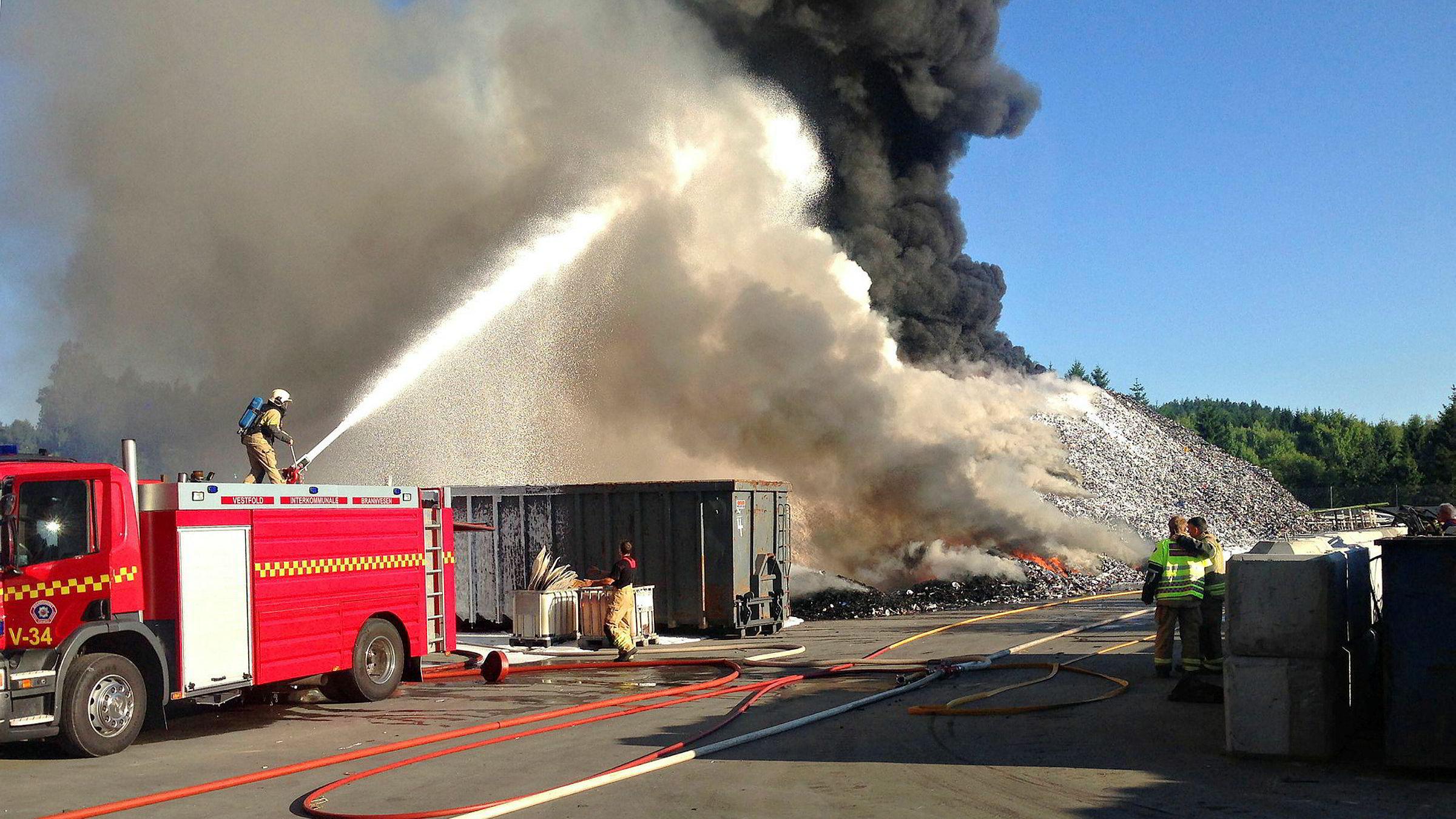 140 tonn elektroavfall brant opp ved avfallsbedriften Revac i Vestfold i 2014. Nå er tre personer dømt til ubetinget fengsel.